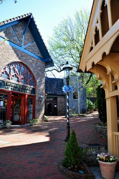 Any Thomas Kincade fans out there? This shop is located in The Village in Gatlinburg, Tennessee #thomaskincade