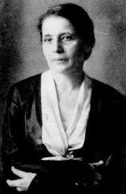 Lise Meitner nació en la Viena del Imperio Austrohúngaro, hoy Austria, en el año 1878 y falleció en 1968. Fue una física con un amplio desarrollo en el campo de la radioactividad y la física nuclear, siendo parte fundamental del equipo que descubrió la fisión nuclear, aunque solo su colega Otto Hahn obtuvo el reconocimiento (imaginen el por qué). Años más tarde, el meitnerio (elemento químico de valor atómico 109) fue nombrado así en su honor.