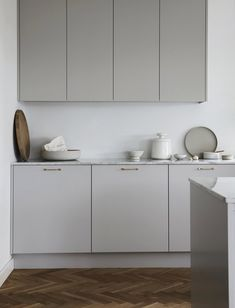 Sundlingkicken minimalistic Nordic Kitchen Design for Nordiska Kök - - Ideas for a Nordic Kitchen Design by Sundlingkicken for Nordiska Kök. Design by the swedish stylist duo Elin Kicken and Evalotta Sundling (known as Sundling Kickén). Nordic Kitchen, Minimal Kitchen, Home Decor Kitchen, New Kitchen, Kitchen Interior, Minimalistic Kitchen, Kitchen Island, Kitchen Grey, Neutral Kitchen