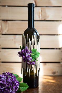 Vyrobte z nich originální vázu – Proženy - New Sites Wine Bottle Vases, Wine Bottle Centerpieces, Glass Bottle Crafts, Painted Wine Bottles, Diy Bottle, Bottle Lights, Decorated Bottles, Garrafa Diy, Bottle Painting