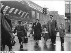 Familie am Alexanderplatz in Berlin 1959