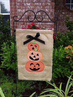 Burlap Halloween pumpkins garden flag- can be monogramme Burlap Halloween, Holidays Halloween, Halloween Pumpkins, Halloween Crafts, Halloween 20, Burlap Yard Flag, Burlap Garden Flags, Burlap Crafts, Burlap Art