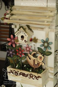 Jardim - HomeDecor - Recortes AMJ Visite nossa loja virtual: www. Decorative Household Items, Drawing Room Interior, Wood Crafts, Diy Crafts, Bird Houses Painted, Country Paintings, Plate Design, Spring Crafts, Porch Decorating