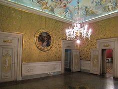 Museo di Casa Martelli - Firenze - Salone giallo - decorato da sete con motivi floreali sette-ottocentesche e dall'Adorazione del Bambino di Piero di Cosimo