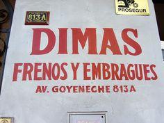 Cacería Tipográfica N° 456: El nombre de DIMAS pintado a mano en la Av. Goyoneche en Miraflores, Arequipa.