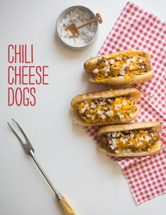 Do you ever realize that the package of hot dogs and the package of buns doesn't equate to the same amount? This means that you'll often times be left with two unused hot dogs buns…and then if you buy more hot dogs, you'll end up with no buns and just hot dogs... #chili #easydinner #fastdinner