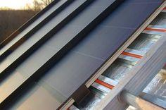 Sistema de captación solar de Englert, consistente en un sandwich que combina tejado metálico con láminas fotovoltaicas adheridas, y red de tubos de agua debajo.