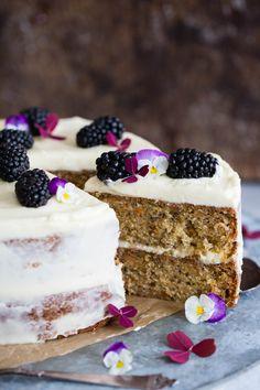 Saftig banankake med kremostglasur - Ida Gran Jansen Colorful Cakes, Food And Drink, Baking, Cake Ideas, Desserts, Tailgate Desserts, Deserts, Bakken, Postres