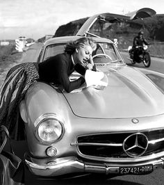 The days before GPS with Sophia Loren checking the map on the hood of her 1955 Mercedes-Benz Gullwing - via DC Hillier Sophia Loren, Carl Benz, Benz Amg, Mercedez Benz, Life Car, Mercedes Benz 300, Mercedes Sport, Classic Mercedes, Car Girls