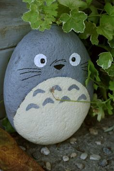 Totoro painted rock hidden in the garden. Method: 1. Clean the rocks (water + soap or water + bleach). 2. Prime them! (with white or light colored acrylic paint). 3. Paint them. 4. Varnish them.