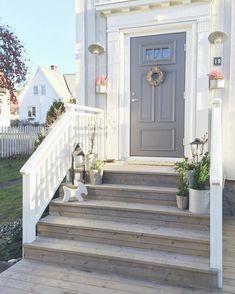 656 likerklikk 14 kommentarer Karianne Christensen ( p Front Porch Stairs, Front Porch Design, Porch Steps, Front Deck, Front Steps, House Front, Veranda Design, Porch Addition, Wooden Steps