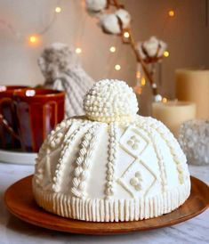 Winter cap cake by Its so creative and the details is so perfect! it's so cold in Paris ▪️ ▪️ Holiday Cakes, Christmas Desserts, Holiday Treats, Christmas Treats, Christmas Cookies, Winter Desserts, Christmas Cake Designs, Christmas Cake Decorations, Chocolate Decorations