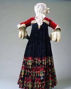 Πίσω όψη νυφικής φορεσιάς από τη Σκόπελο των αρχών του 20ού αι. Greek Traditional Dress, Traditional Outfits, Folk Clothing, Greek Clothing, Dance Costumes, Greek Costumes, Folk Dance, Greek Art, Folk Costume
