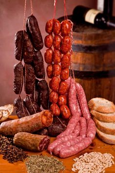 "BODEGÓN ESPAÑOL - Estos deliciosos chorizos, morcillas, salames, con un buen pan casero y regado con un delicioso vino tinto, es una gran invitación !!! Pero, por un momento ni pensemos en algo que se llama "" colesterol"" ...jaja !!! Homemade Sausage Recipes, Meat Recipes, Mexican Food Recipes, Tapas, Home Made Sausage, How To Make Sausage, Sausage Making, Bacon Sausage, Canning Recipes"