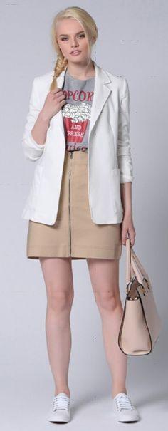 Серый пиджак, футболка с принтом, бежевая юбка, бежевая сумка, белые туфли