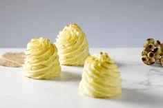 Pommes duchesse is een klassieke feestelijke aardappelbereiding. Je spuit stevige aardappelpuree in mooie torentjes en laat ze kleuren in de oven. Appetizer Recipes, Appetizers, Food N, Pineapple, Potatoes, Treats, Cheese, Snacks, Fruit