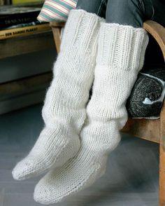 Strik selv: Tykke hvide strømper fra Hendes Verden Cable Knit Socks, Knitted Slippers, Wool Socks, Crochet Slippers, Knitting Socks, Hand Knitting, Knitted Hats, Knit Crochet, Kilt Socks