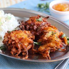 Ob als Snack zwischendurch oder als Vorspeise für ein indisches Festmahl, Onion Bhajis sind immer sehr beliebte Häppchen! Ein veganes Rezept!