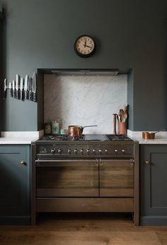 40 Best Kitchen Paint Colors - Ideas for Popular Kitchen Colors Green Kitchen, Kitchen Colors, New Kitchen, Minimal Kitchen, Vintage Kitchen, Stylish Kitchen, Kitchen Furniture, Kitchen Interior, Kitchen Decor