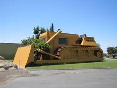 The United Equipment Company  O United Equipment vende e aluga equipamentos pesados como compactadores e escavadeiras. O prédio foi construído em 1976 em Turlock na Califórnia.
