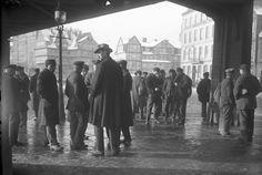 Arbeitslose Hafenarbeiter auf Abruf bei der Straßen-Arbeitsvermittlung am Baumwall, 1931 - 45 Jahre später habe ich da auch gestanden ;-) https://de.wikipedia.org/wiki/Hamburger_Hafen