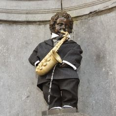The Manneken-Pis celebrates the bicentenary of Adolphe Sax's birth; the Belgian inventor of the saxophone with this new costume. He always dresses so trendily!!!