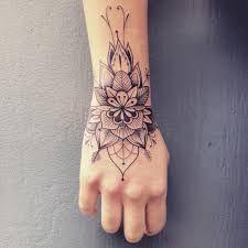 Resultado de imagem para tatuagem feminina na mão