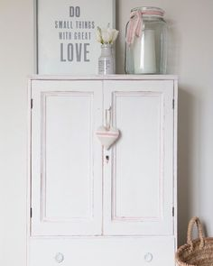 Such a beautiful subtle, Scandinavian inspired piece - the epitome of quiet romance. Laura, who runs the blog 'We Made This Home' @we.made.this.home, updated her linen cupboard using Chalk Paint® in Old White over Scandinavian Pink. I love how she scraped back the paint to reveal little pops of pink underneath. A coat of Clear Wax finishes the look. To see more of this delightful piece then just head to the link in bio. #anniesloan #chalkpaint #anniesloaninspiration #furniturepaint