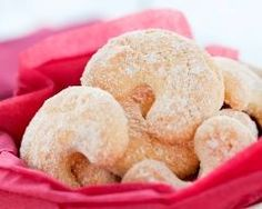 These fat little vanilla cookies are an Austrian delight called Vanillekipferl. They are made with finely ground almonds, shaped into crescents, and covered in powdered sugar! Apple Pie Cookies, Vanilla Cookies, Cookie Recipes, Vegan Recipes, Snack Recipes, Yummy Recipes, Mushroom Burger, Ground Almonds, Bean Burger