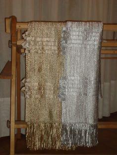 Chal tejido en telar en seda con aplicaciomes de cintas de raso.