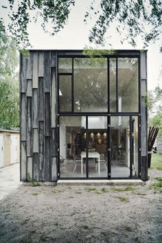 Maison de campagne au Danemark, avec bardage de bois de chêne traité au sulfate de fer. Studio d'architecture Primus Arkitekter a réalisé cette habitation. De loin, cela ressemble à du métal ou à du béton.