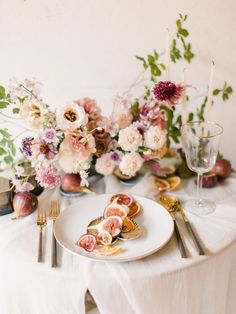 Wedding table decoration idea with flowers in burgundy and blush, ceramic tableware and modern golden flatware Wedding Table Settings, Wedding Table Centerpieces, Wedding Reception Decorations, Flower Centerpieces, Wedding Tables, Arch Wedding, Centerpiece Ideas, Place Settings, Wedding Rings