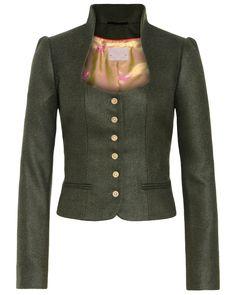 Kurz geschnittene Trachten-Jacke für Damen von Silk & Pearls in Dunkelgrün. Der Blazer ist mit paspelierten Fronttaschen, einem Stehkragen und einer 6-Knopfleiste sowie einer doppelten Kellerfalte an der Rückseite ausgestattet. Das Seiden-Innenfutter zeigt Wild-Motive und verleiht dem Blazer einen zusätzlich eleganten Touch. Aus reiner Schurwolle gefertigt.