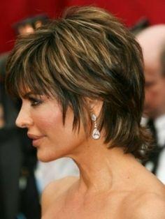 modele coupe courte marron chocolat, coiffures femme 50 ans