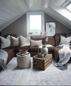 Sniker meg opp hit i kveld jeg✨ Loftstua er god å ha nå på høsten. Litt ekstra lun og hyggelig🍂🙏🏻 Ha en fin kveld! ________________________________________ #loftstue #loft #loftstyle #loftdesign #loftinterior #lofts #stue #stuen #livingroom #livingroomdecor #interiordesign #interior #interiør #interior_delux #interior_and_living #interiorismo #interiorstyling #cozy #coziness #stemning #stemning_casachicks #interiør