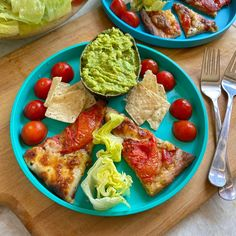 Easy Summer Lunch. Leftover pizza (fresh tomatoes and mozzarella from last night) + guacamole boat (kids love the idea to scoop into the avocado skin!!) + iceberg lettuce + cherry tomatoes (in season and super sweet) + tortilla chips.  Have fun with the presentation 😉 It doesn't need to be fancy but sometimes simply placing the food in a different way makes everything more appealing for little ones 😉  Happy Monday 💕💕 #kidsfood #toddlerfood #kidsmeal #toddlermeal #familymeal #kidslunch… Toddler Meals, Kids Meals, Leftover Pizza, Tortilla Chips, Happy Monday, Cherry Tomatoes, Lettuce, Mozzarella, Avocado Toast