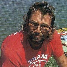 """Roger Newton, Matchangler am Fluss Huntspill.  Roger Newton wird es am Huntspill etwas heiß, doch trotz aller Schwierigkeiten kommt der Meister der Stipprute auch diesmal wieder auf sein übliches Quantum.  Man kann Rogers Vorliebe für den Huntspill gut verstehen. """"In dem Fluss wimmelt es nur so von Fischen"""", berichtet er. Sein Match-Rekord liegt bei 20 kg Rotaugen und Brassen, dabei ist dieses Wasser alles andere als leicht zu befischen.  http://www.angelstunde.de/roger-newton/"""