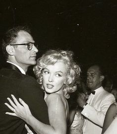 Marilyn Monroe photographed with husband in 1957 💕 Golden Age Of Hollywood, Classic Hollywood, Old Hollywood, Marilyn Monroe Photos, Marylin Monroe, Old Movie Stars, Norma Jeane, Nostalgia, Rare Photos