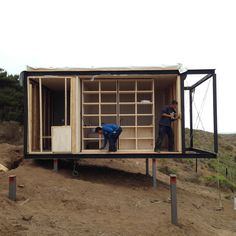 Image 6 of 27 from gallery of Remote House / Felipe Assadi. Photograph by Felipe Assadi Box Architecture, Container Architecture, Container Home Designs, Modular Housing, Modular Homes, Cabin Design, Tiny House Design, House Built Into Hillside, Ideas Cabaña