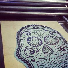 Calaca Diseño: Comando g Impresión: Familia Plómez #letterpress #comandog #familiaplomez #linocut