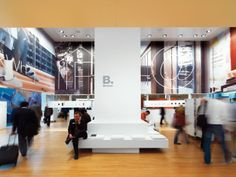 Inside the cube, large visual graphic elements set the scene for the products in a 360° panorama.