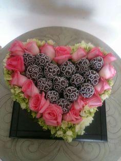 Corazón de fresas decoradas con chocolate