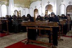 الشروق» تخترق أسوار دير «الأنبا مكاريوس» بحثًا عن الآثار مع الرهبان