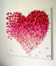 Un corazón hecho con muchas mariposas de papel, y en diferentes tonalidades.
