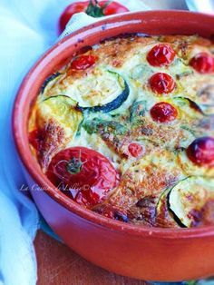 Clafoutis von Zucchini mit Cherry Tomatoes und Parmesan - Emma Home Zucchini Quiche Recipes, Zucchini Gratin, Batch Cooking, Cooking Recipes, Vegetarian Quiche, Caprese Salat, Parmesan Crusted Tilapia, Cherry Clafoutis, Parmesan Chips