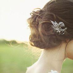 Coque baixo e bagunçado na medida + enfeite delicado - inspiração fofa para noivas, madrinhas, debutantes, formandas...! | DDB Inspira @diadebeaute