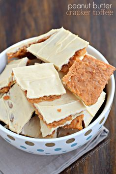 Peanut Butter Cracker Toffee: so simple to make, yet melt in your mouth delicious! This easy toffee recipe is made with crackers! Ritz Crackers, Peanut Butter Crackers, Club Crackers, Peanut Butter Recipes, Graham Crackers, Crack Crackers, Recipe Using Saltine Crackers, Saltine Cracker Recipes, Cracker Toffee