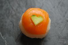 手まり 手まり Ceux qui me connaissent savent certainement que je raffole de ce délicieux met japonais que sont les sushis. Aujourd'hui, je vous en présente une variante très simple à réaliser, qui ne néc...