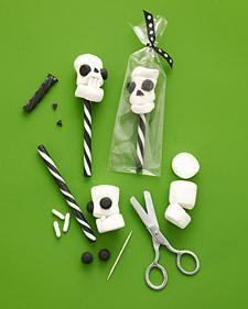 Halloween Skull Pops How-To - Martha Stewart.  Fungerar kanske med papperssugrör?