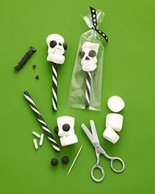 Halloween Skull Pops How-To - Martha Stewart.  Fungerar kanske med papperssugrör?